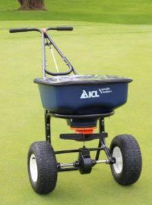 L'Accupro 2000 est un épandeur pour les engrais solides. C'est un des modèles les plus utilisés pour procéder à la fertilisation de la pelouse hybride.