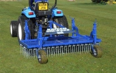 Pour le griffage les personnes en charge de l'entretien de la pelouse utilisent souvent le Raycam Unirake et le Wiedenman TerraRake. Illustration de Raycam Unirake.